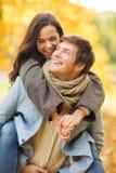 Pares românticos que jogam no parque do outono Fotografia de Stock Royalty Free