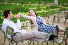 Pares românticos que sentam-se em cadeiras no jardim de Luxembourg Fotos de Stock Royalty Free