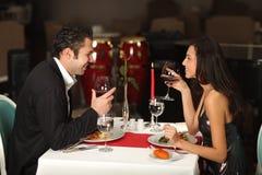Pares românticos que têm o jantar Imagens de Stock Royalty Free