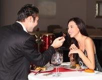 Pares românticos que têm o jantar Foto de Stock