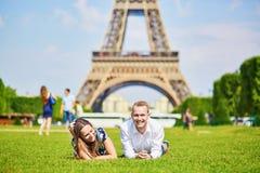 Pares românticos que têm perto da torre Eiffel em Paris Foto de Stock Royalty Free