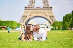 Pares românticos que têm perto da torre Eiffel em Paris Imagem de Stock Royalty Free