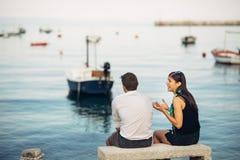 Pares românticos que têm problemas do relacionamento Mulher que grita e que implora um homem Vida do pescador, ocupação perigosa  foto de stock