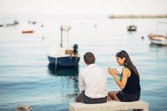 Pares românticos que têm problemas do relacionamento Mulher que grita e que implora um homem Vida do pescador, ocupação perigosa  fotos de stock