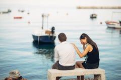 Pares românticos que têm problemas do relacionamento Mulher que grita e que implora um homem Vida do pescador, ocupação perigosa  imagens de stock royalty free