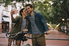Pares românticos que tomam o selfie com bicicletas foto de stock