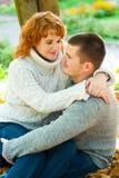 Pares românticos sob a árvore Fotografia de Stock Royalty Free