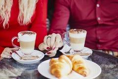 Pares rom?nticos en caf? al aire libre parisiense fotografía de archivo libre de regalías