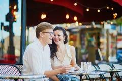 Pares rom?nticos felices en Par?s, caf? de consumici?n fotos de archivo libres de regalías