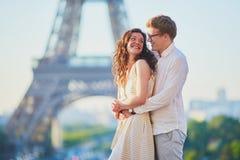 Pares rom?nticos felices en Par?s, cerca de la torre Eiffel fotografía de archivo
