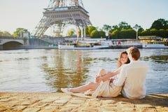 Pares rom?nticos felices en Par?s, cerca de la torre Eiffel imagen de archivo libre de regalías