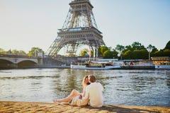 Pares rom?nticos felices en Par?s, cerca de la torre Eiffel imágenes de archivo libres de regalías