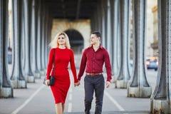 Pares rom?nticos que caminan en el puente Bir-Hakeim en Par?s, Francia imágenes de archivo libres de regalías