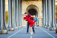 Pares rom?nticos que se besan en el puente Bir-Hakeim en Par?s, Francia imagen de archivo