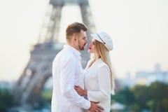 Pares rom?nticos que tienen una fecha cerca de la torre Eiffel foto de archivo libre de regalías
