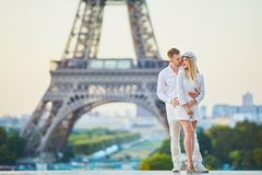 Pares rom?nticos que tienen una fecha cerca de la torre Eiffel imagen de archivo