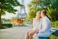 Pares rom?nticos que tienen una fecha cerca de la torre Eiffel fotografía de archivo