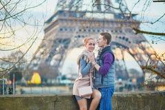 Pares románticos cerca de la torre Eiffel en París, Francia Fotos de archivo libres de regalías