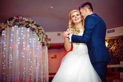 Pares románticos de los recienes casados de la danza elegante primero en el rece de la boda Foto de archivo
