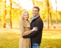 Pares románticos en el parque del otoño Imagenes de archivo