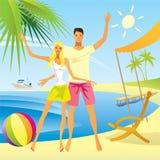 Pares románticos en la playa Imagenes de archivo
