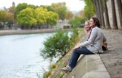 Pares románticos en París Imágenes de archivo libres de regalías
