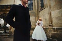 Pares románticos felices, marido y esposa, presentando en viejo europeo Imagen de archivo libre de regalías