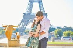 Pares románticos jovenes en París cerca de la torre Eiffel Fotografía de archivo libre de regalías