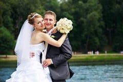 Pares românticos na caminhada do casamento Fotografia de Stock