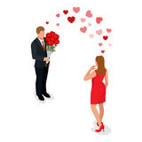 Pares românticos na reunião do amor Ame e comemore o conceito O homem dá a uma mulher um ramalhete das rosas Amantes românticos Foto de Stock Royalty Free