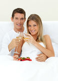 Pares románticos que beben Champán Foto de archivo libre de regalías