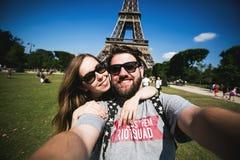 Pares románticos que hacen el selfie delante de Eiffel Foto de archivo