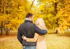 Pares románticos que se besan en el parque del otoño Fotos de archivo libres de regalías