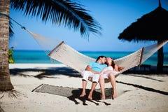 Pares románticos que se relajan en hamaca Foto de archivo