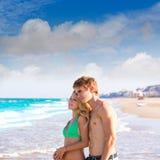 Pares rubios de turistas jovenes en una playa tropical Fotos de archivo