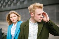 Pares rubios jovenes junto en la calle de la ciudad Fotografía de archivo libre de regalías