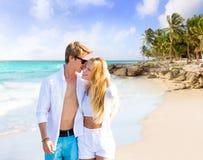 Pares rubios que caminan en playa del Caribe tropical Fotografía de archivo libre de regalías