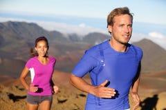 Pares running dos jovens dos atletas da fuga dos corredores Fotografia de Stock