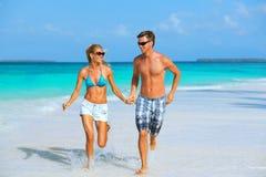 Pares running na praia Imagens de Stock Royalty Free