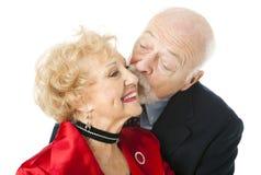 Pares sênior - beijo do Valentim fotografia de stock