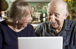 Pares sênior com um computador portátil Foto de Stock Royalty Free