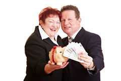 Pares sênior felizes com euro- dinheiro Fotos de Stock Royalty Free