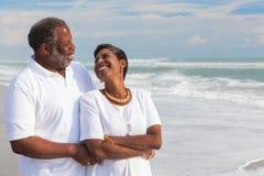 Pares sênior felizes do americano africano na praia imagens de stock
