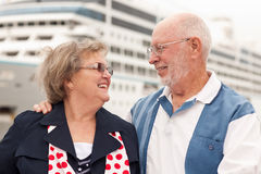 Pares sênior na costa na frente do navio de cruzeiros foto de stock royalty free
