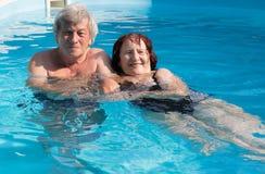 Pares sênior na piscina Fotos de Stock Royalty Free