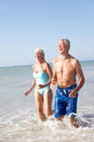Pares sênior no feriado da praia Imagens de Stock Royalty Free