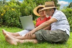Pares sênior no jardim Fotos de Stock Royalty Free