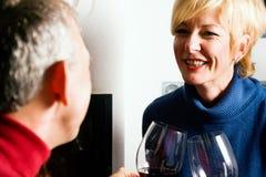 Pares sênior que bebem o vinho vermelho Foto de Stock Royalty Free