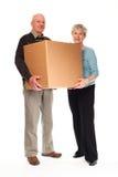 Pares sênior que carreg a caixa para casa móvel Imagens de Stock