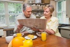 Pares sênior que comem o pequeno almoço junto Foto de Stock Royalty Free